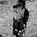 写真: 春色を撮り収めるカメラ女子
