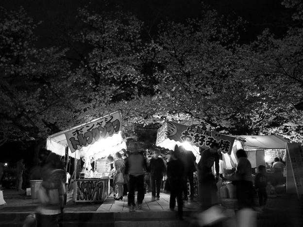 夜桜と露店と