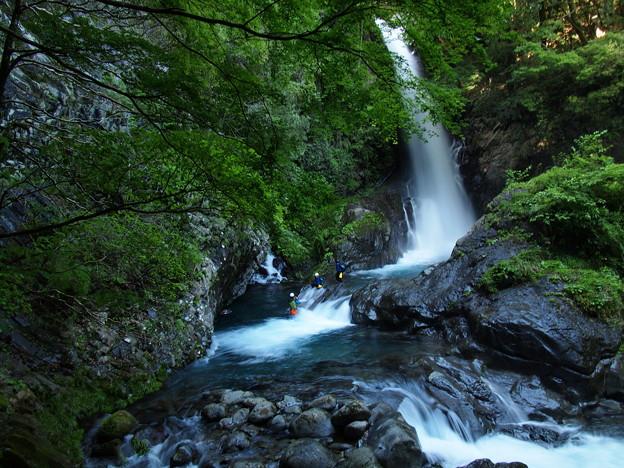 写真: 滝を下る人たち