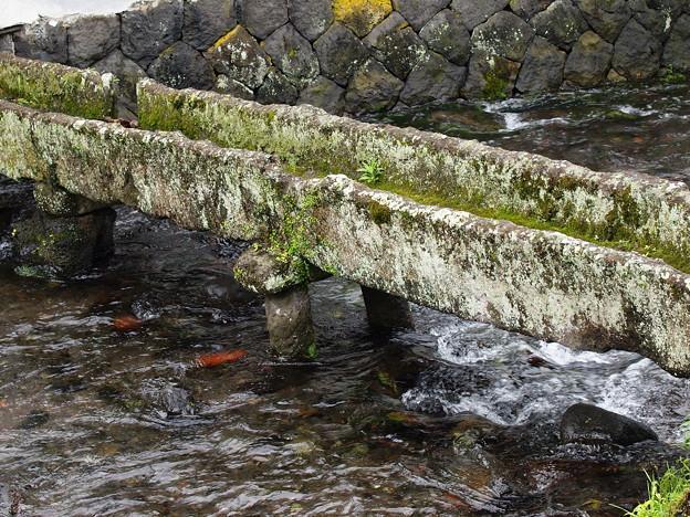 三ツ石神社の石樋