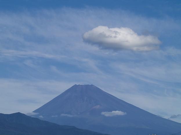 写真: ぽっかり浮かぶ雲と富士のお山と