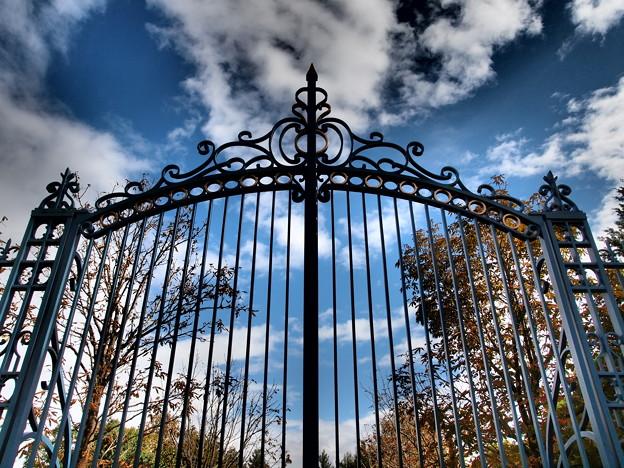 秋の青空と鋼の扉