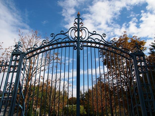 秋の青空と鋼の扉と
