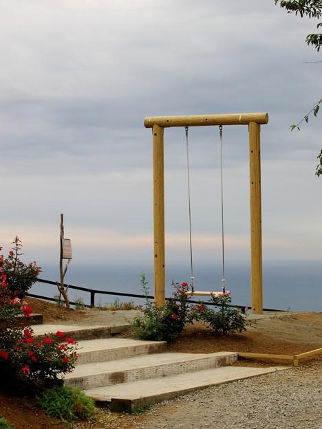 海を望むブランコ