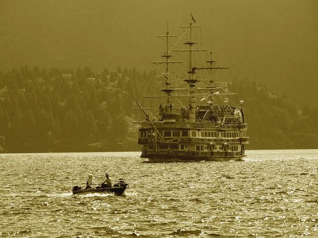迫り来る船とゆくボート
