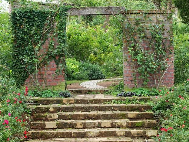 秋薔薇に覆われた煉瓦門