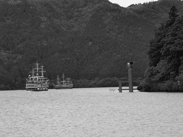 Photos: 刺し違えるか?海賊船