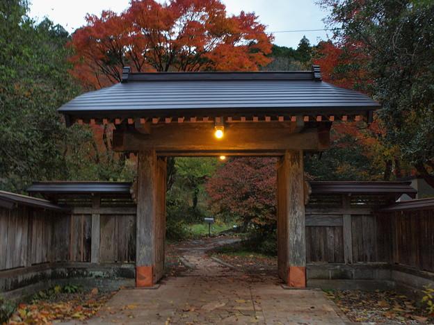 夕暮れ時の山寺