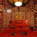 雛壇を囲む吊るし飾り -a