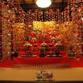 雛壇を囲む吊るし飾り -c