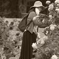 Photos: 春薔薇の香りを愛でる人