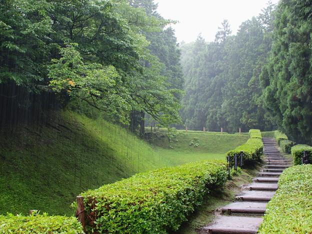 山中城址に降る雨は…