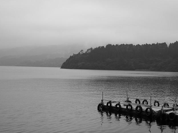 芦ノ湖湖畔の雨の朝