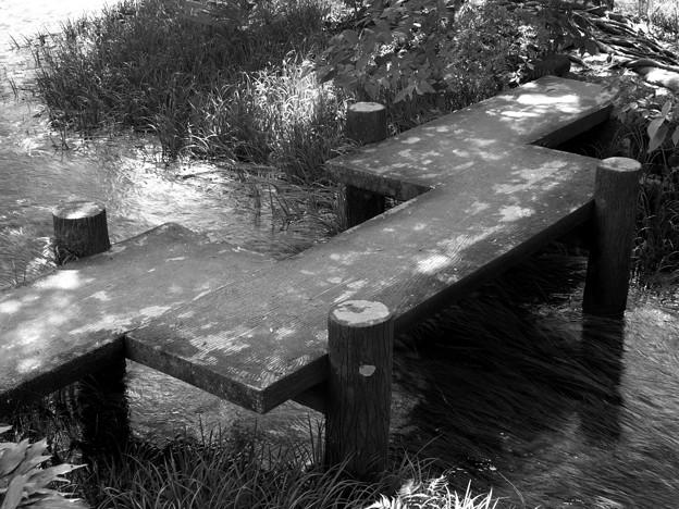 湧水流れる水辺の石橋