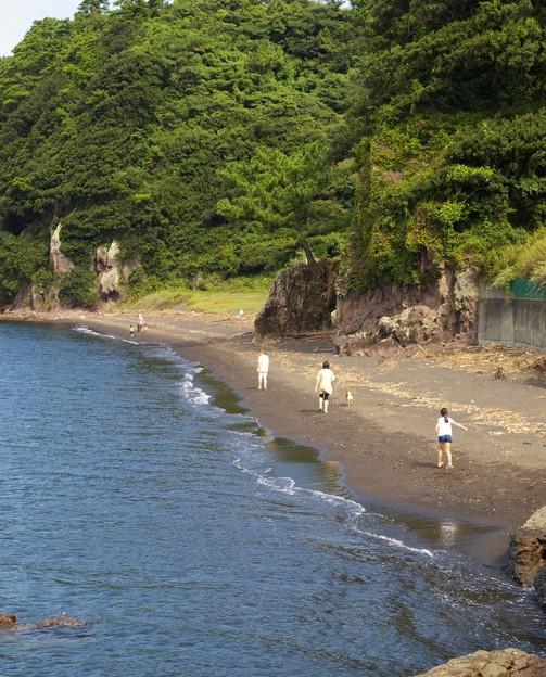 浜をかける少女