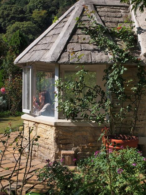 ガーデンハウスの窓辺では…