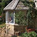 Photos: ガーデンハウスの窓辺では…