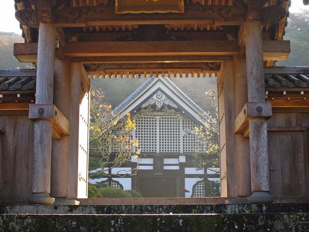 晩秋の朝陽を浴びる山寺