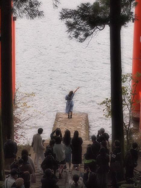 湖面に向かって