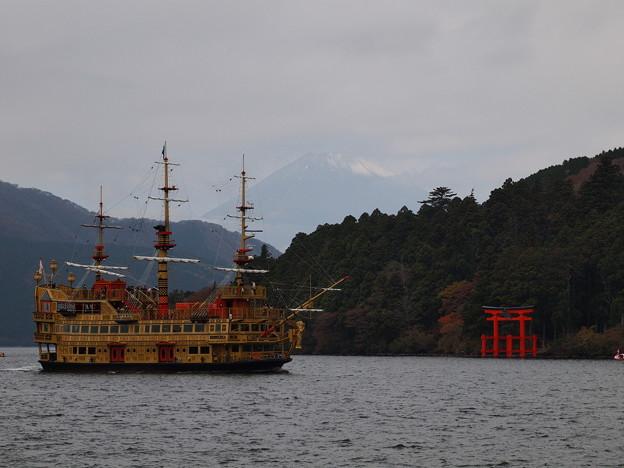芦ノ湖に現る海賊船と、うっすら富士のお山