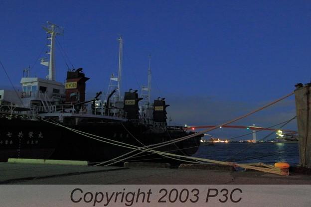 夜明け前の船と橋