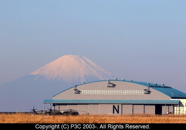 格納庫と富士山