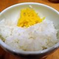 写真: サービスライスと龍馬たくわん@寿限無 担々麺・中央区人形町