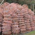 山積みにされたカニを獲る網籠