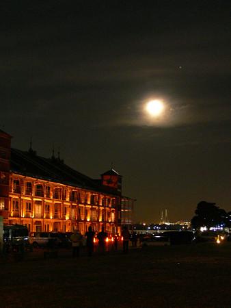 満月と赤レンガ1224tc.jpg