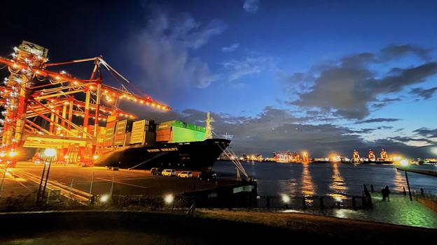 夕暮れの東京港