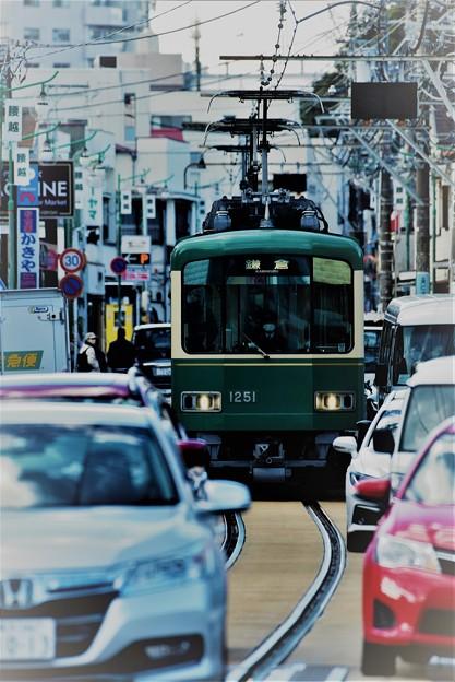 車まみれの併用軌道を行く江ノ電