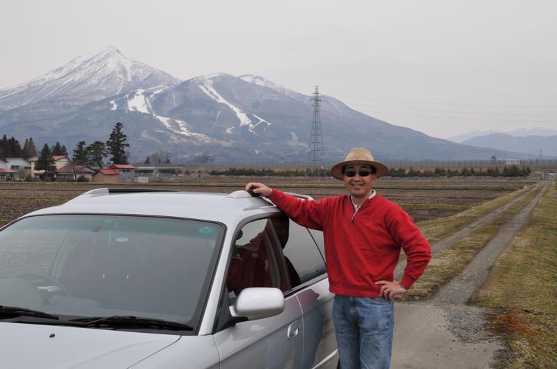春の磐梯山を背景に