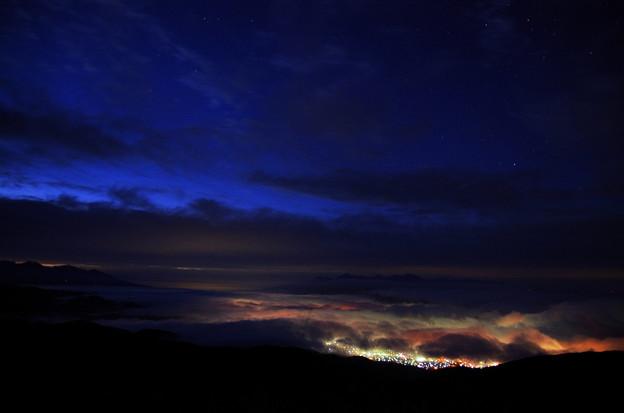 夜明け前 街灯りが雲を染める