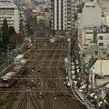 写真: 屋上からの風景「出発していく多摩川線」