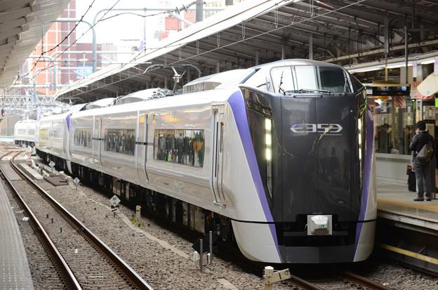 写真: E353系スーパーあずさ18号新宿10番到着