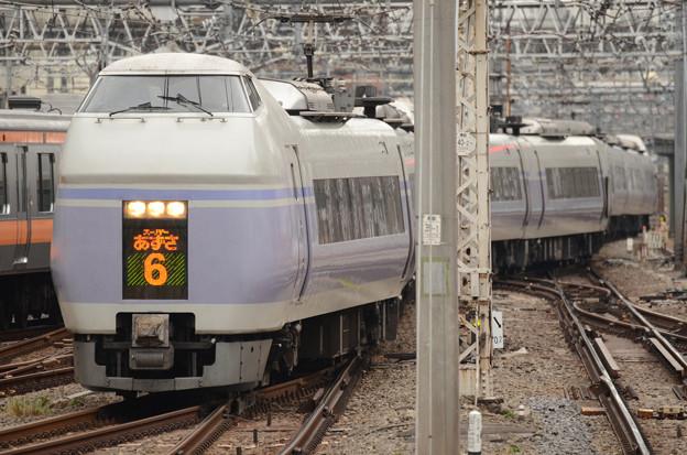 新宿に到着するE351系スーパーあずさ6号