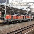 写真: 名古屋駅を通過するDD51重連代走