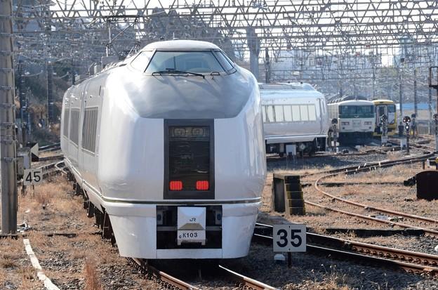 成田電留線に向かう651系K103編成