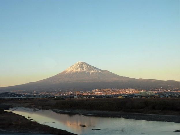 のぞみ号の車窓 富士川に映る富士山