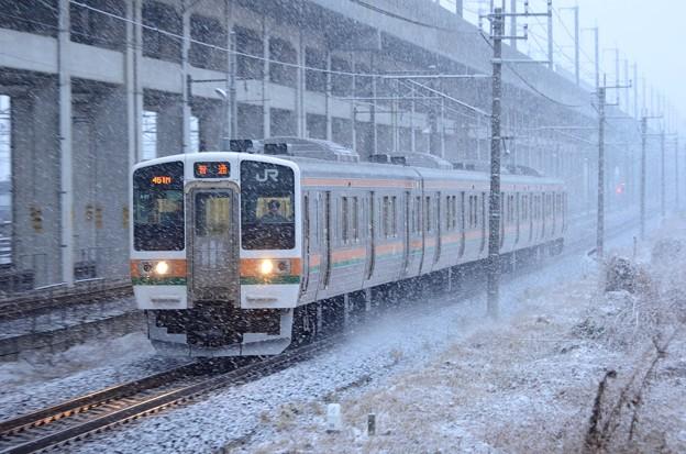 雪の宇都宮線を行く211系