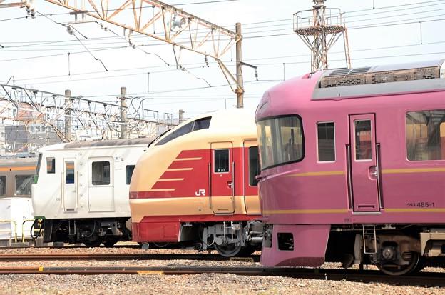 185系、E653系特急色と485系「宴」の並び