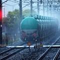 雨の夕暮れに去り行くタキ車列