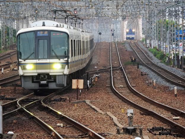221系快速西明石行き尼崎4番入線