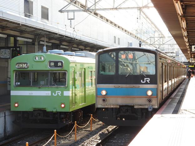 JR奈良線103系と205系並び