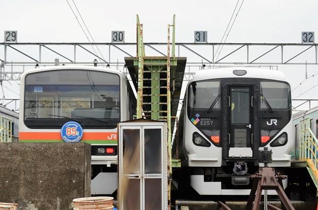 八高線209系とE257系の並び