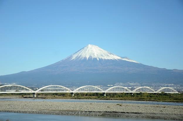 富士山と富士川橋梁 朝ののぞみ号の車窓から