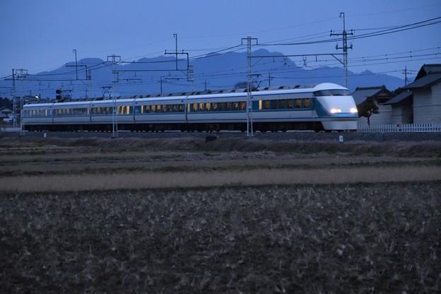 夕暮れの東武日光線を行く