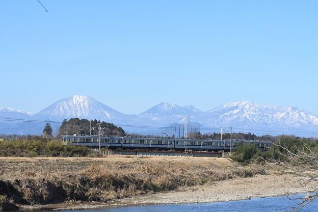 雪化粧の日光連山と東武宇都宮線