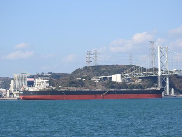 関門海峡を行く大型タンカー
