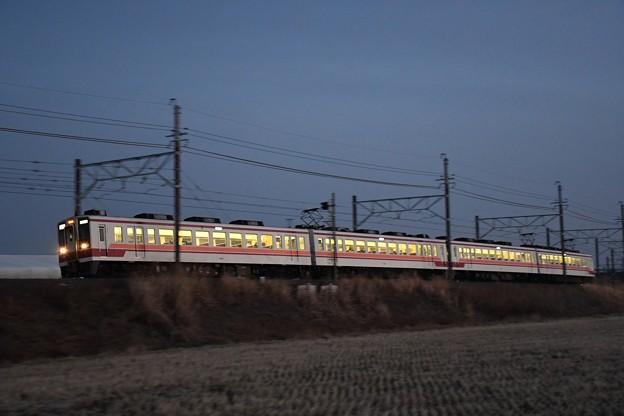 夕闇迫る東武日光線6050系